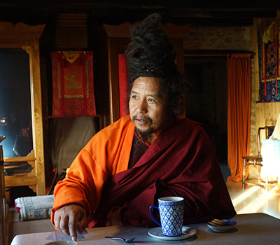 Khenpo Tashi dans la chambre de Dilgo Khyentse Rinpoche