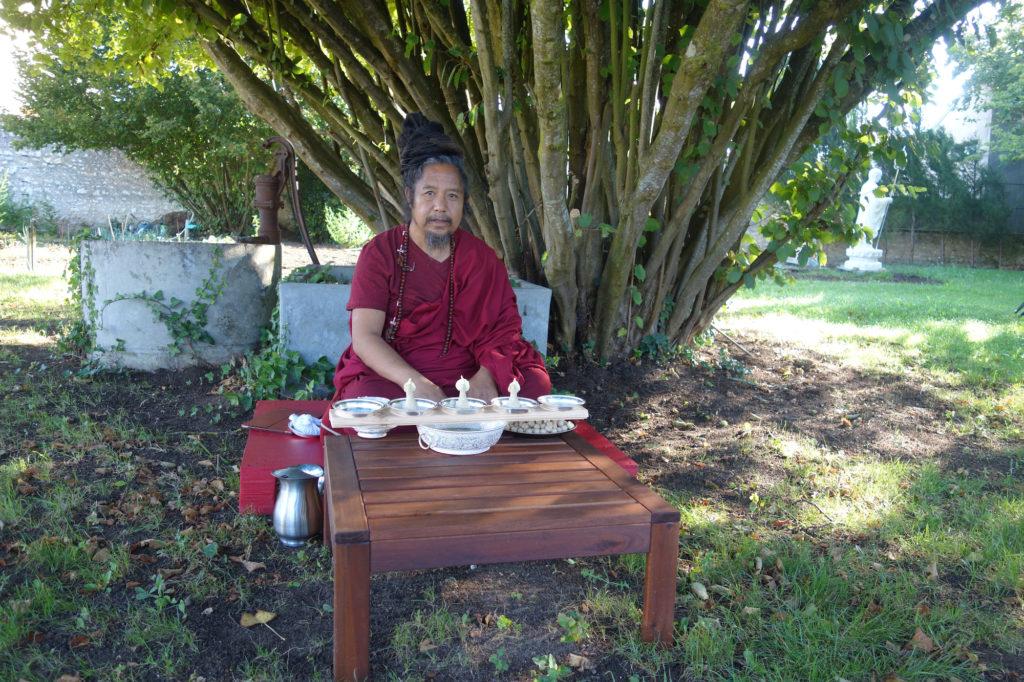 Khenpo K. Tashi réalisant une Torma Gyatsa